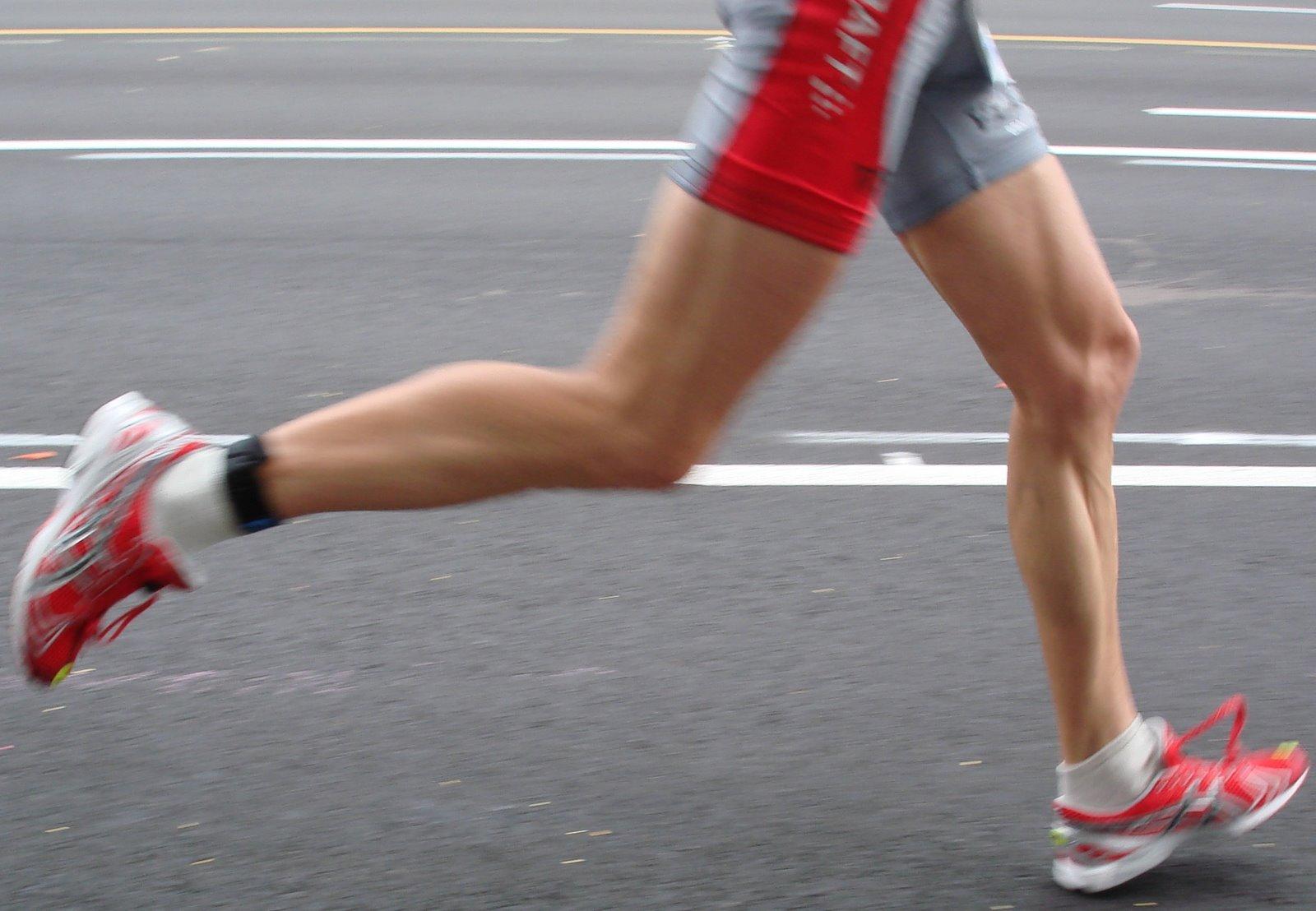 Destaque para o momento em que o pé toca o solo na aterrissagem da corrida.
