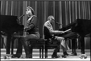 Ray charles tocando piano