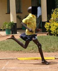 Aterrissagem do pé de adolescente queniano - Corrida antes dos calçados modernos.