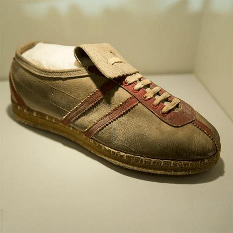 Tênis de corrida antes dos calçados modernos, Asics dos anos 50.