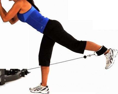Prevenção de lesões nos isquiotibiais: Exercício de extensão do quadril em pé com polia.