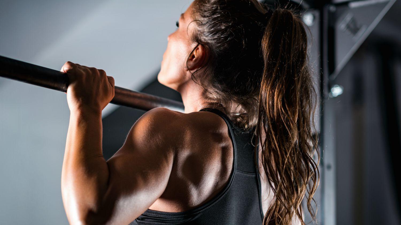 Exercícios de Empurrar Machucam o Ombro: Mulher fazendo barra.